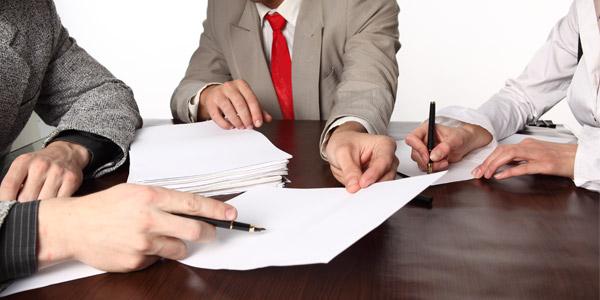 biznesmeni-za-kruglim-stolom